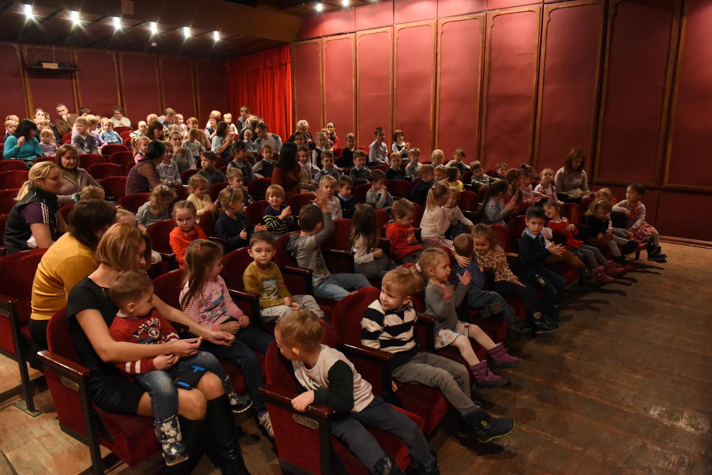 Фотография зрителей в большом зале театра